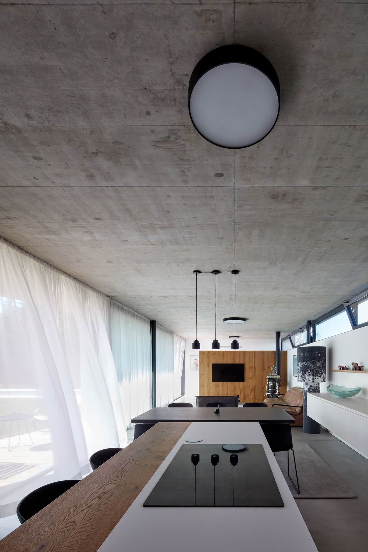 A Minimalist Bratislava Home with Distinctive Black Counter Stools_1