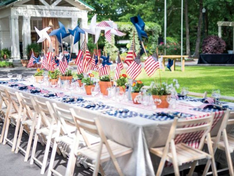 Celebrate 4th Of July With These Patriotic Bar Decor Ideas_5 (1)